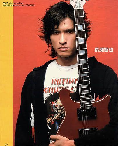ギターを持つ長瀬智也