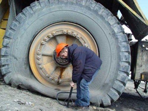 Esse cara não teve muita sorte o pneu dessa…
