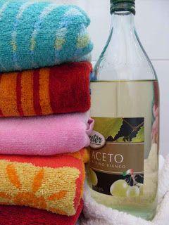 Come usare l'aceto come ammorbidente per il bucato. (Per profumarlo: si prepara una bottiglia di aceto con un paio di settimane di anticipo aggiungendo 2 o 3 cucchiai di fiori direttamente nell'aceto. La lavanda è perfetta.)
