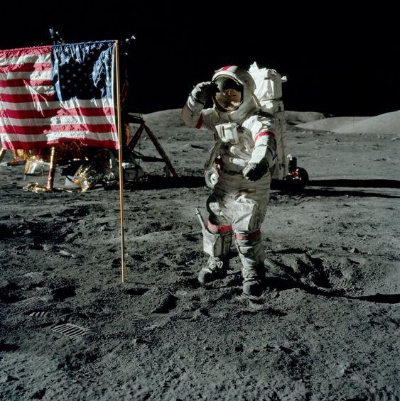 月面の上の宇宙飛行士の立ち姿がかっこいい
