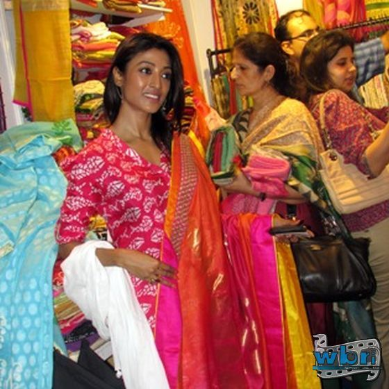 Paoli looked fresh in her kurti and Patiala. Hiron and Paoli inaugurated the exhibition after which they went for a quick tour of the exhibition. Recovering from a problem in the toe, the actress was all smiles and posed readily for photographs. : http://www.washingtonbanglaradio.com/content/74778413-aakarshan-2013-inaugrated-tollywood-hero-hiron-and-actress-paoli-dam