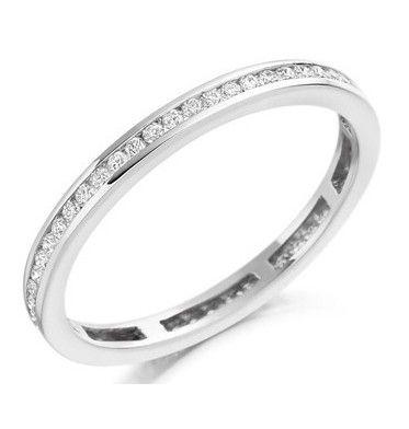 Alianza de compromiso entera  rodeada completamente de diamantes. Es un modelo de alianza de pedida sencillo en su diseño, pero a la vez una joya importante en lo que a cantidad de diamantes se refiere. Puedes adquirirla en www.joyeriaydiamantes.com