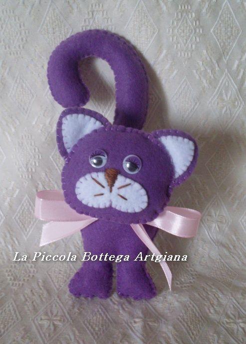 Gatto in pannolenci viola con occhi mobili
