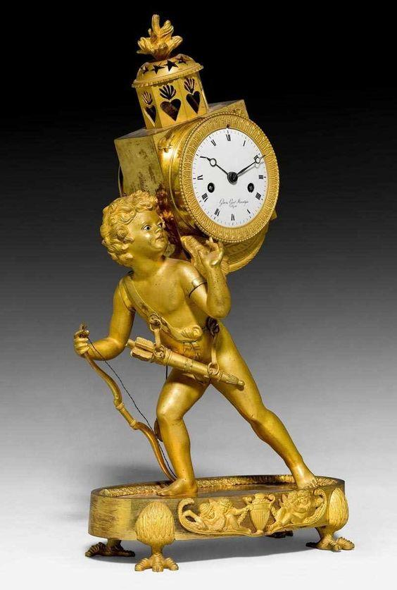 """PENDULE """"L'AMOUR A LA LANTERNE MAGIQUE"""", Empire/Restauration, Modell J.A. REICHE (Jean André Reiche, Meister 1785) zuzuschreiben, Zifferblatt sign. GIOV(ANNI) GIUS(EPPE) MURALGIA NAPOLI, Paris/Neapel um 1810/20. Schreitender Amor mit Glasaugen, Pfeilbogen&Köcher, 4eckige Gehäuse mit Laternenabschluss tragend, profiliertem Ovalsockel mit Krallenfüssen. Emailzifferblatt mit römischen Stundenzahlen. 2 fein durchbrochene Zeiger. Pariser Werk mit ½-Stundenschlag auf Glocke. Im Sockel Inventarnr…"""