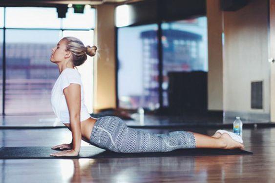 Praticando yoga em casa