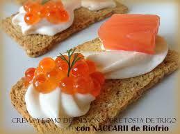 tostas con huevas y salmón