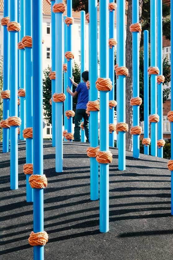 À Norrebro à Copenhague, 10 collines d'herbe, 75 mélèzes et 200 poteaux bleus représententt la place Guldbergs Plads, un endroit où les gens de tous âges p