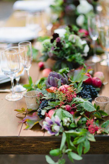 camino de mesa con frutas, hortalizas y greenery: