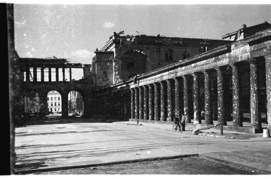 1945 Kollonaden Auf Der Museumsinsel Vor Der Alten Nationalgalerie Alte Nationalgalerie Museum Insel Berlin