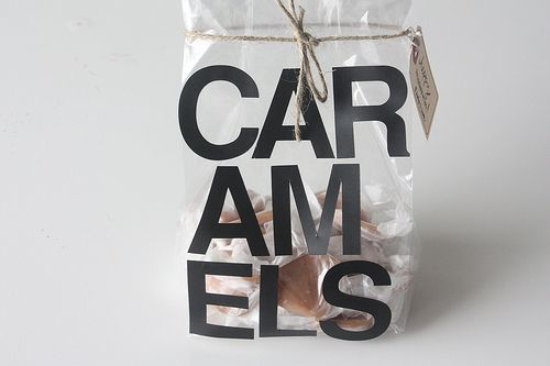 Caramels. De grote letters op de verpakking vragen meteen je aandacht en doordat het woord in drieën is verdeeld moet je twee keer lezen voordat je door hebt dat er snoepjes in de verpakking zitten