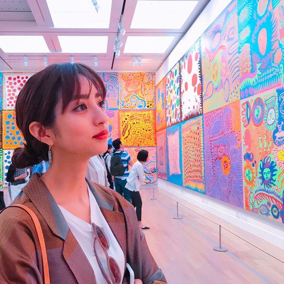 展覧会に来ている堀田茜