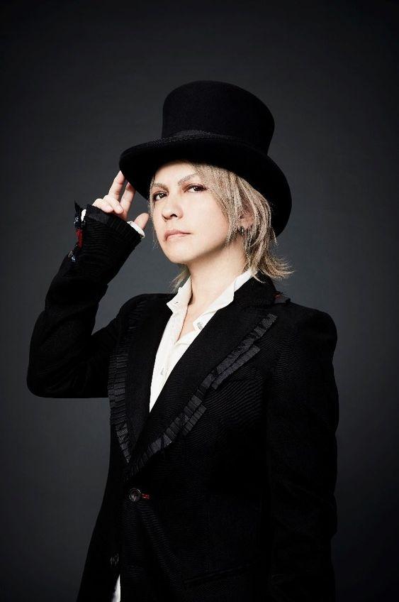 黒いジャケットに黒いハット姿のL'Arc〜en〜Ciel・hydeの画像