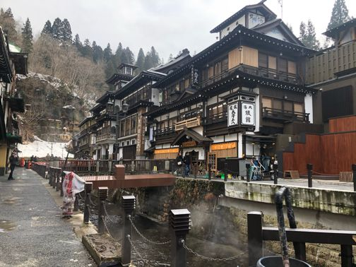 家族旅行で 銀山温泉 ライトアップされた幻想的な大正ロマンの街並み 2020 銀山温泉 銀山 温泉