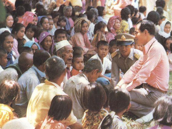 ในหลวงของเรา...พระองค์ท่านมีแต่คำว่า 'ประชาชน' พระองค์ทรงงานอย่างหนักมาตลอดพระชนม์ชีพก็เพื่อประโยชน์สุขของประชาชน นี่แหละคือ...ในหลวงของปวงชนชาวไทย  ขอทรงพระเจริญยิ่งยืนนาน...
