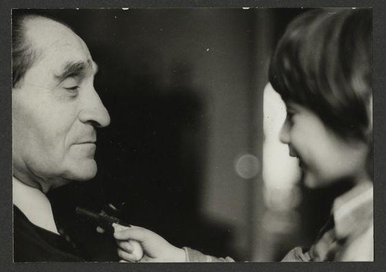 Pierre Mendès France et moi le menaçant d'une arme (archives familiales) - 1974