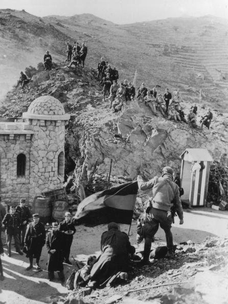 circa 1936: El ejército nacional española cerca de la frontera con Francia