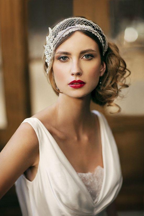 Recogido lateral y maquillaje de labios rojos perfecto para las novias vintage