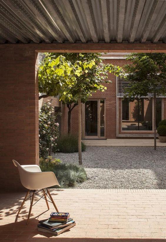 Planta baja, conexión con el patio. Casa 1014 por H Arquitectes. Fotografía © Adrià Goula.