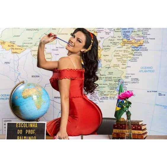 """""""Bom dia com Dona Capitu"""", diz Ellen Rocche em pose sensual"""