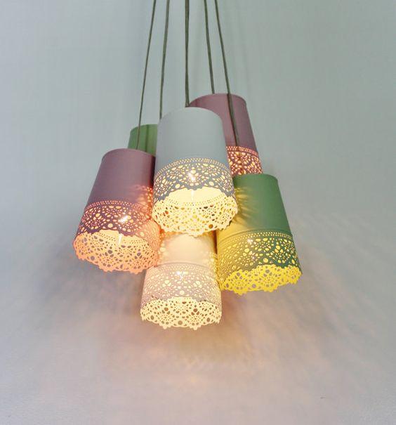 Pastell Lace Kronleuchter Beleuchtung Fixture - Upcycled-Hängelampe mit 6 Metall Garten Pflanzer Shades - BootsNGus moderner Hauptdekor