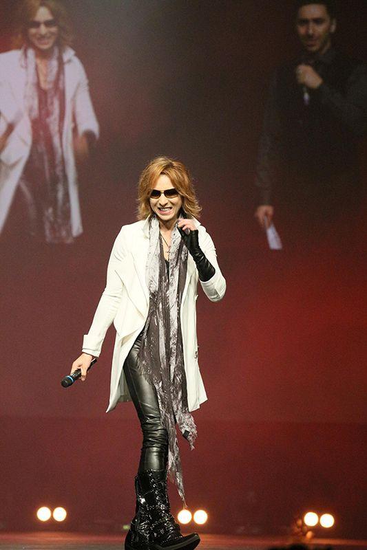 白いロングコートを着てステージを歩いているXJAPAN・YOSHIKIの画像