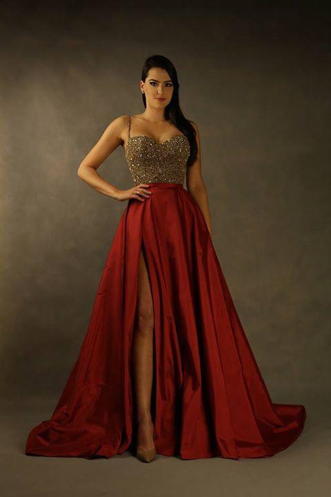 Carlos Bacchi Atelier exclusivo. Saia em tafetá vermelho sangue e corpo bordado em missangas, pérolas de vidro e muito cristal dourado foram nossas escolhas. Um vestido de rainha!