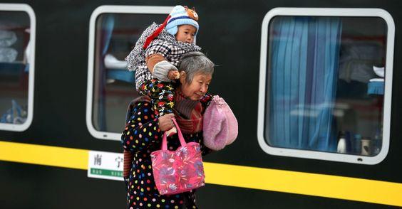 20151020 - Idosa leva criança nos ombros por estação de trem em Bozhou, na China, durante as comemorações do Dia do Idoso no país. PICTURE: Liu Qinli/Xinhua