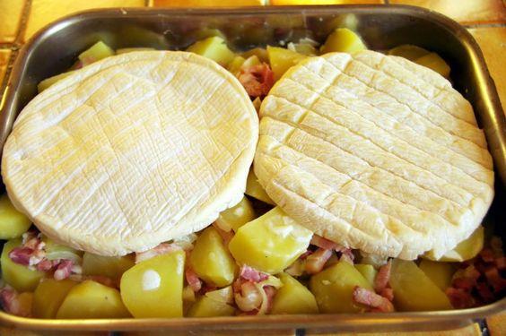 Né dans les Alpes du Nord, au coeur du massif des Aravis (Savoie), le Reblochon est devenu l'ingrédient symbolique des recettes de montagne grâce à la recette de la Tartiflette ! Ce fromage, pouvant aussi se déguster cru, légèrement coulant, cuisiné ou encore en salade, reste un des plus amblématiques de montagne ! Découvrez ici l'authentique recette de la tartiflette perpétuée en montagne depuis des générations !