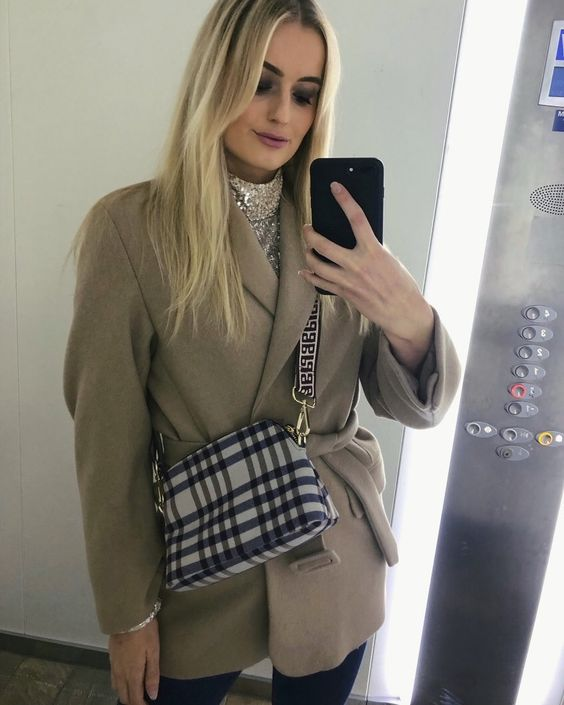Do you know how nerve racking it is to attempt a mirror selfie in an elevator before the doors open and someone else catches you 😅📸 • #fashion #ootd #elevatorselfie #mirrorselfie #elevatorlife #baumundpferdgarten #inweekday #coat #hm #sequintop #blonde #miss #model #smokeyeye #partylook #stylediary #dressedup