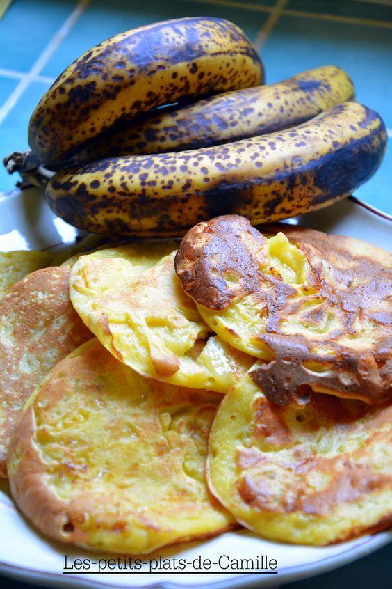 Pour 5 personnes 100 g de farine 50 g de sucre 2 œufs 10 cl de lait 10 g de beurre 2 bananes bien mûres Vous avez besoin : D'une planche à découper D'un couteau D'un fouet D'une toute petite poêle D'un peu d'huile de tournesol + du Sopalin D'un chinois...