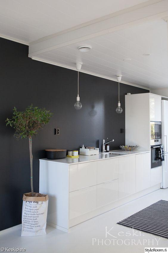 mustavalkoinen keittiö,musta seinä,valkoinen lattia