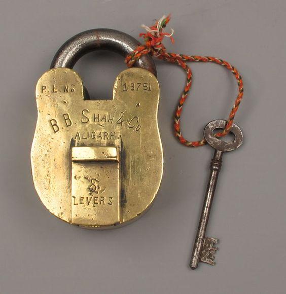 Online veilinghuis Catawiki: Groot  messing hang slot met sleutel. - 19e eeuw.