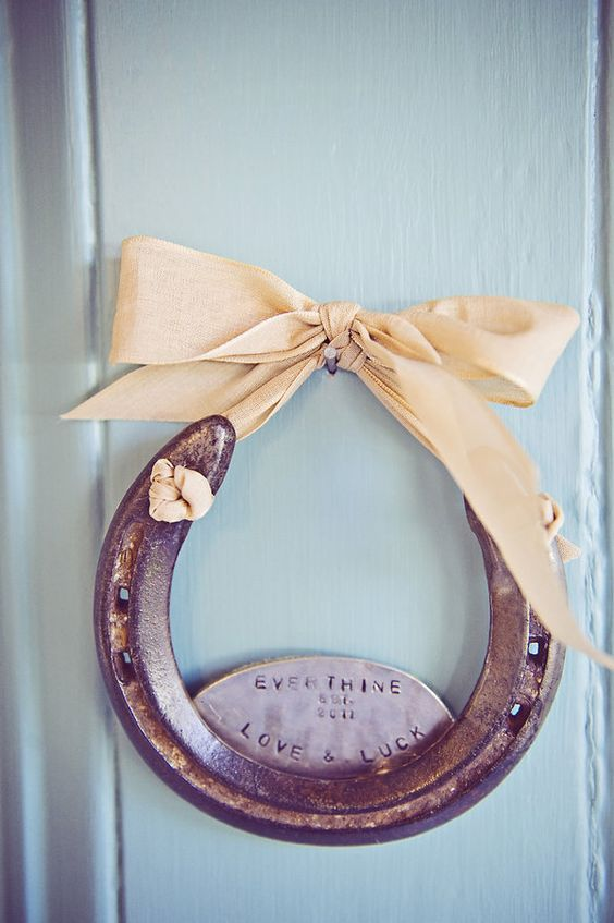 Wish I could find all the old Horse shoes my Grandmother gave me when I was younger. Love this idea with only the ribbon.