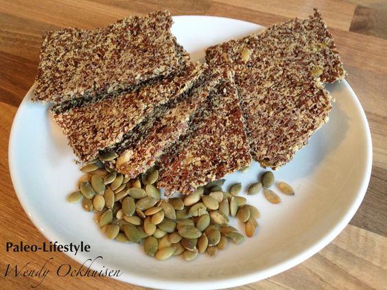 Ingrediënten (voor 8 crackers):  40 gram sesammeel*  80 gram gebroken lijnzaad  1 eetlepel pompoenpitten  150 ml water
