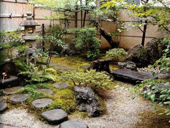 mini jardin japonais, des pierres et mousse verte