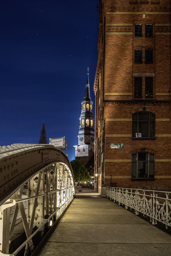 Hauptkirche St. Katharinen zur blauen Stunde in der Hamburger Speicherstadt | Bildschönes Hamburg