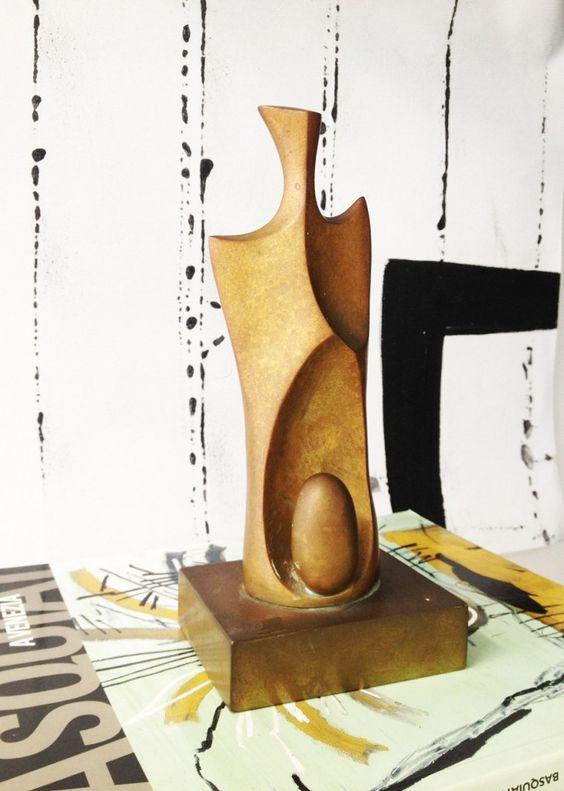 Domenico Calabrone, artista ítalo-brasileiro de muito prestígio e com um acervo impressionante, naturalizou aqui suas técnicas de fundição, mosaico e cerâmica. A escultura Calabrone é uma peça original, que carrega contemporaneidade e arte em sua essência.
