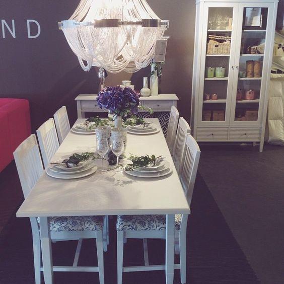 Vita klassiska möbler med raka linjer. Vi älskar det. Dessa ...