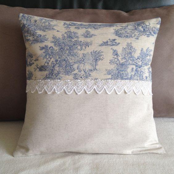 Housse de coussin shabby chic en toile de jouy et dentelle n°1 : Textiles et tapis par nymeria-creation