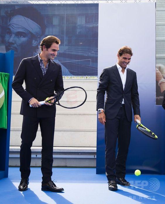 スーツでテニスラケットを持っているラファエル・ナダル