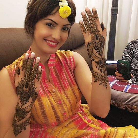 #HappyKarvachauth ma lovelies 🌟  #mehendi #indiantraditions  Since I always like to promote talent- U may contact this talented artist Arti & her team for any kind of mehendi art- +91 98922 86148