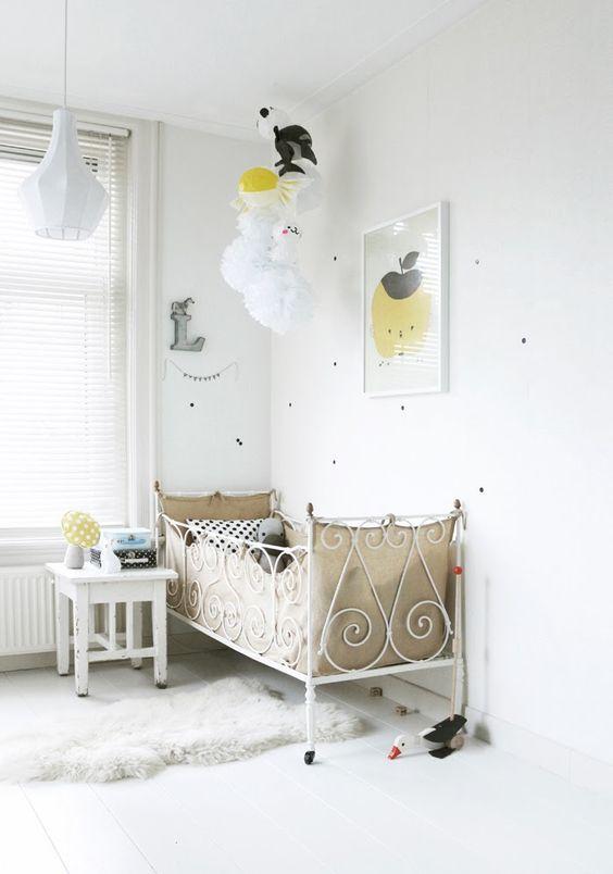 Farbakzente im weißen Kinderzimmer