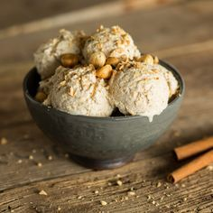 Ein Wintereis zum Verlieben: Würzige Äpfel in cremigem Eis und dazu ein wenig Crunch aus Haselnüssen mit Röstaroma. Zum Dahinschmelzen lecker.