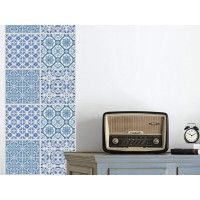 Papier peint de créateur composé de motifs rappelant les Azulejos portugais, ces très beaux carreaux de faïence émaillés