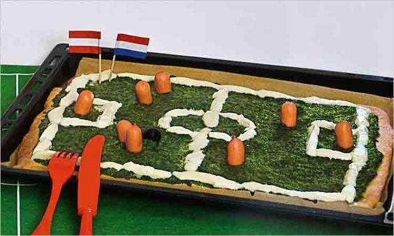 Fußballprofi-Pizza: Hier geht's um die Wurst! Denn die spielt in dieser Pizza-Partie auf Spinatrasen – hinein ins Mozzarella-Tor #geolino #fussball #wm2014 #pizza