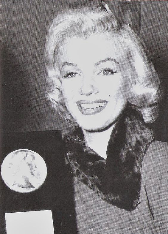 fuckindiva: Marilyn Monroe with the Look Magazine archievment award, 1953