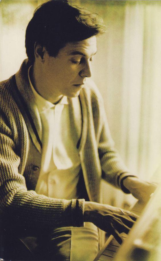 """Tom Jobim ao piano em 1956, na época da estreia de """"Orfeu da Conceição"""". Veja mais em: http://semioticas1.blogspot.com.br/2012/01/musica-segundo-tom-jobim.html:"""