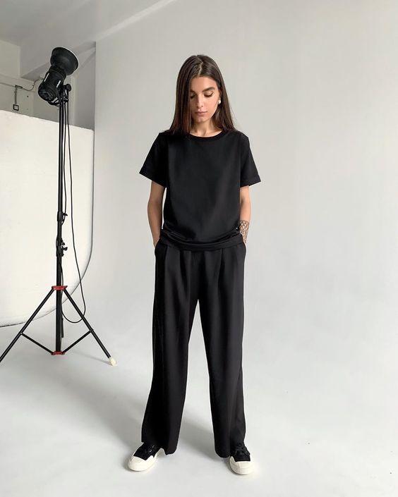 """GATE31.RU Minimalism on Instagram: """"Тотал-блэк давно перестал пугать жительниц мегаполисов. Даже базовое сочетание широких чёрных брюк с защипами и чёрной футболки может быть…"""""""