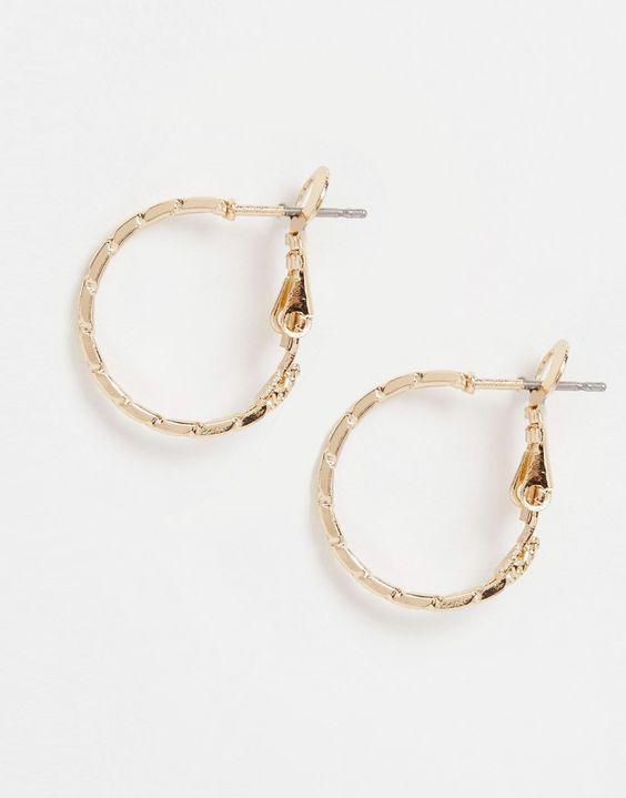 Ohrringe von ASOS Collection goldfarben Creolen mit 20 mm Durchmesser Strukturverzierung Steckverschluss Kontakt mit Flüssigkeiten vermeiden 100% Stahl
