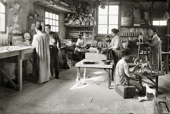 Fábrica de juguetes. Taller de pintura. Barcelona, c.1914. © Brangulí / ANC, 2010.
